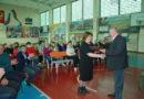 Директор СК «Здоровье» Алексей Кокшаров вручает почетный диплом Галине Штевниной – председателю профкома огнеупорного завода