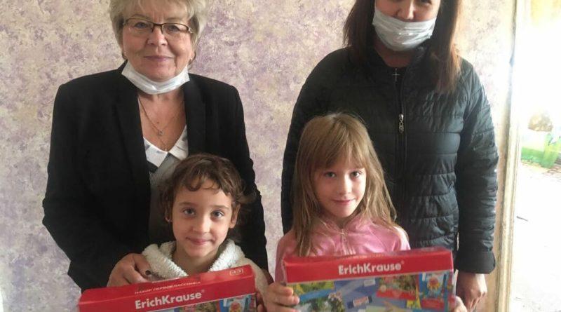 Валентина Калинина и сотрудник комплексного центра социального обслуживания населения Вера Мороз поздравили будущих первоклассников