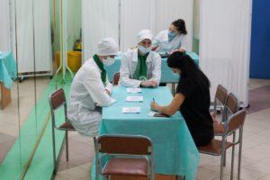Четверокурсники регистрируют пациентов,измеряют им давление,спрашивают о заболеваниях.