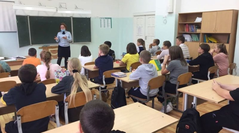 Сотрудники ГИБДД Сухого Лога регулярно проводят занятия с воспитанниками детских садов, обучающимися школ и студентами