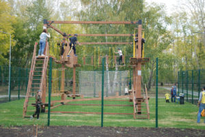веревочный городок в парке Семейный