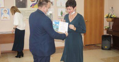 Роман Валов вручает награду Оксане Зыряновой