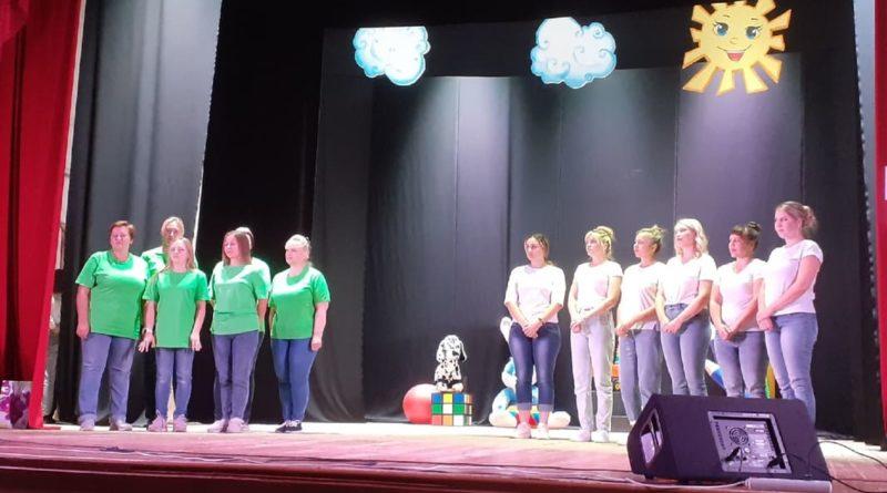 На сцене – две команды педагогов