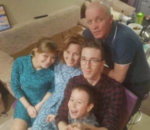 Светлана и Сергей Антоновы с сыном Иваном, Кристина, Руслана и Варвара Макаровы дочерью Анастасией и внуком Арсением